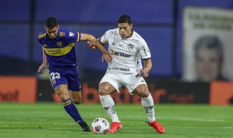 Atacante Hulk disputa bola no jogo Boca Juniors x Atlético-MG, em La Bombonera, pela Copa Libertadores