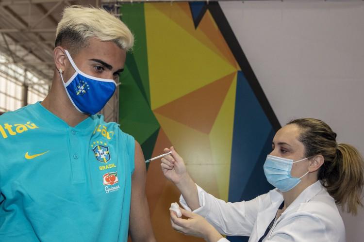 Reinier, jogador da seleção masculina de futebol, recebe vacinação contra a Covid-19 antes dos Jogos Olímpicos(Foto: ALE CABRAL/CPB)
