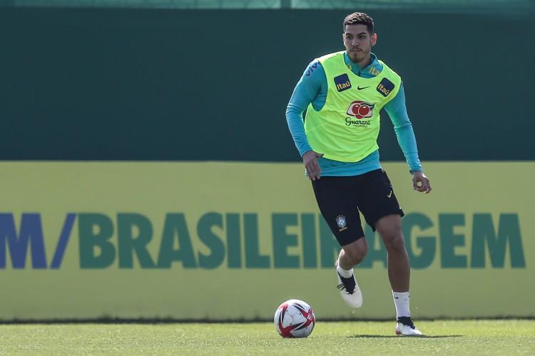 Zagueiro Nino com a bola em treino da seleção brasileira olímpica no CT do Palmeiras, em São Paulo (Foto: Marco Galvão/CBF)