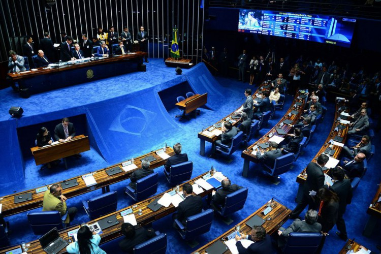 Brasília - O senador João Alberto lê a nota do STF sobre a prisão do senador Delcídio do Amaral, durante sessão do Senado (Wilson Dias/Agência Brasil) (Foto: Wilson Dias/Agência Brasil)