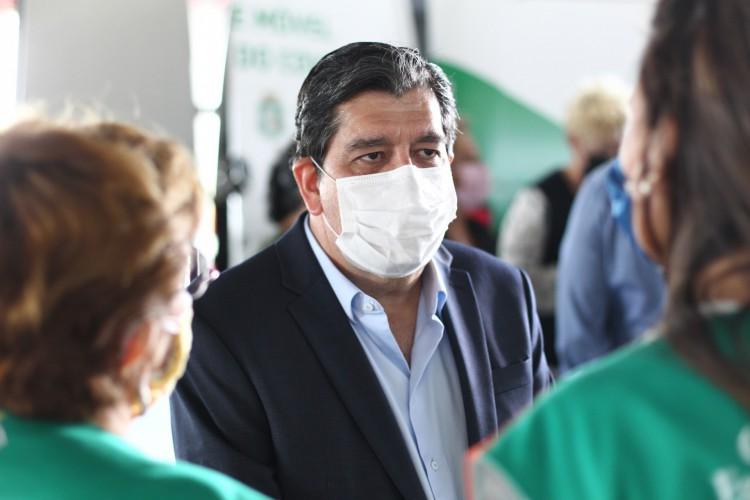 Dr. Cabeto, secretário de Saúde do Estado, comentou sobre o processo de imunização contra a Covid-19 em coletiva para anúncio da Unidade Móvel do Centro de Testagem para Viajantes do Aeroporto de Fortaleza (Foto: FABIO LIMA)