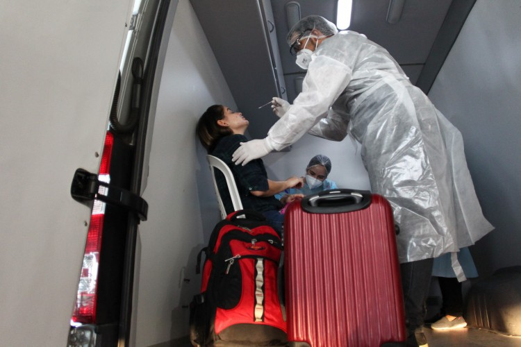 No Centro de Testagem, os passageiros são escolhidos, de forma aleatória, para serem testados (Foto: FABIO LIMA)