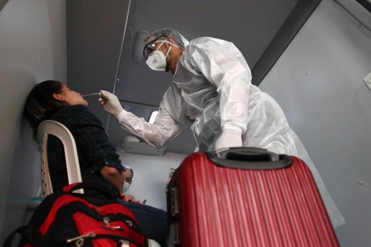 Passageiros em trânsito ou desembarcando em Fortaleza fazem teste para Covid-19 em Unidade Móvel do Centro de Testagem para Viajantes do Aeroporto de Fortaleza (Foto: FABIO LIMA)