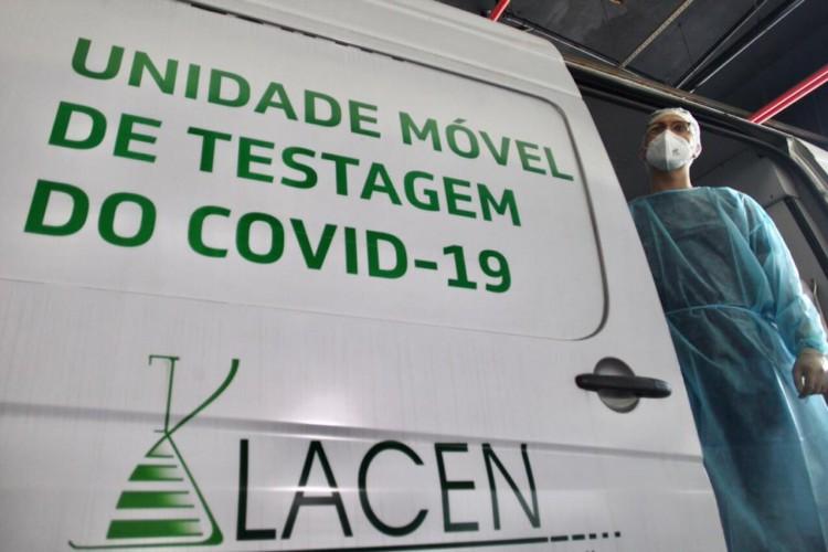 Centro de Testagem para Viajantes está, temporariamente, instalado em uma van de testagem móvel  (Foto: Fábio Lima)
