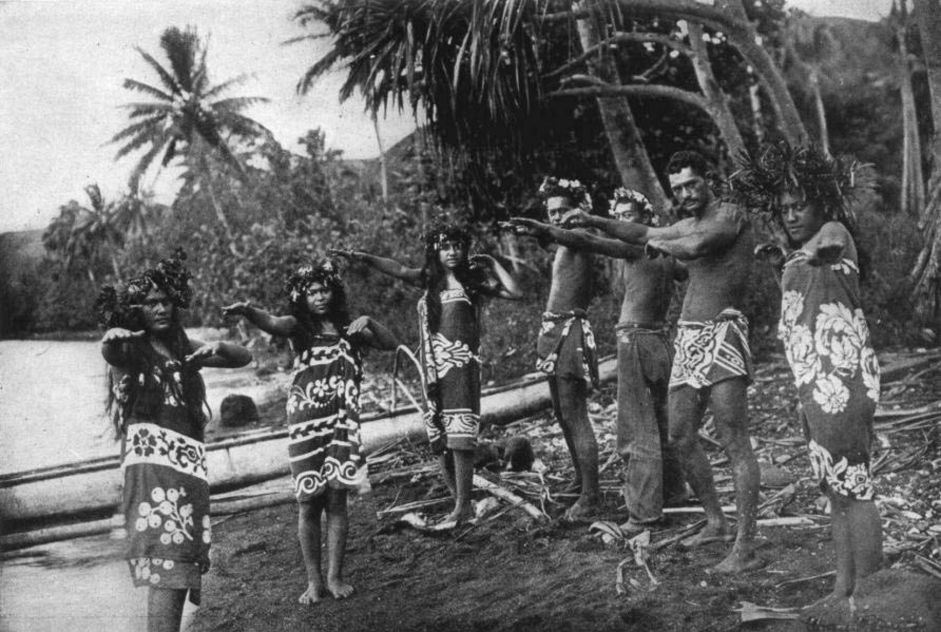Dançarinos de Hiva Oa vestidos de pareô por volta de 1909