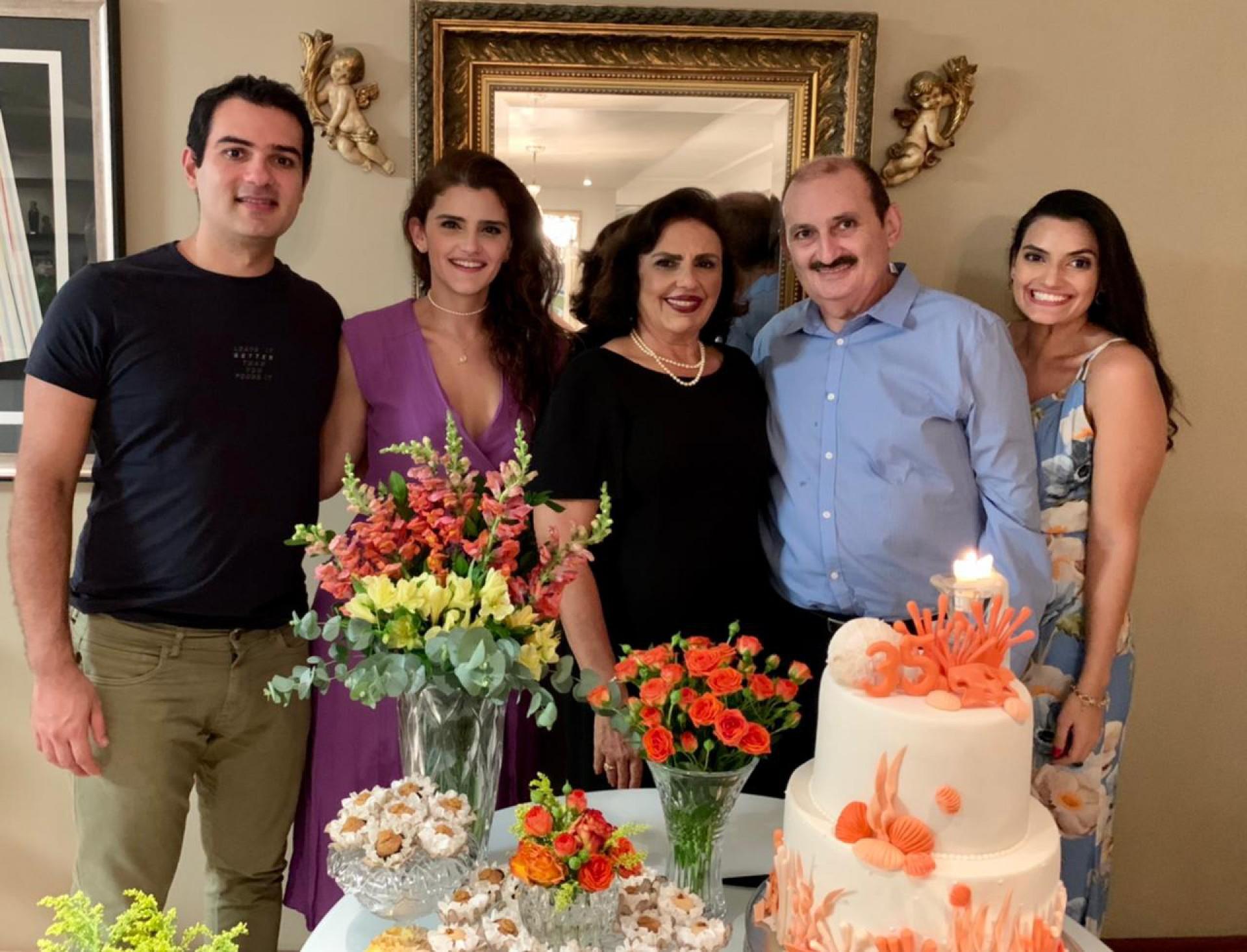 """Desembargador Franzé Gomes e sua queridaValériacomemoram 35 anos de bem casados. Destacam para a coluna que """"o alimento para manter um casamento feliz está no consumo diário do amor, da alegria, da cumplicidade, do respeito às individualidades e na curtição da família"""""""