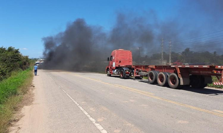 Caminhoneiros autônomos bloquearam a estrada que dá acesso ao Porto do Pecém em protesto.