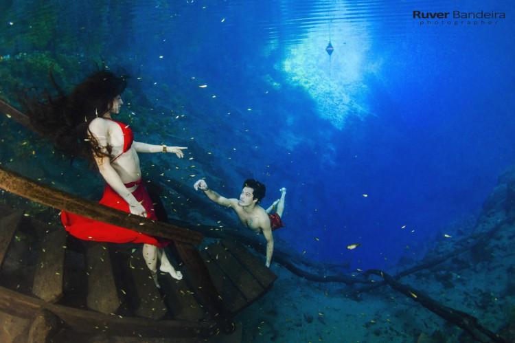 Ensaio subaquático em Bonito (MS) na Lagoa Misteriosa, uma caverna inundada com 220 metros de profundidade.