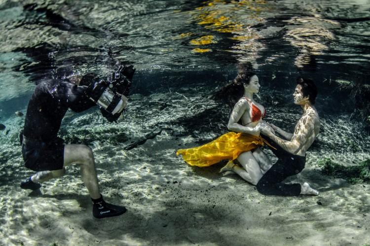 Ruver Bandeira fotografando durante ensaio subaquático de Bonito (MS). Equipamento de fotografia pode pesar entre 10 kg a 12 kg.