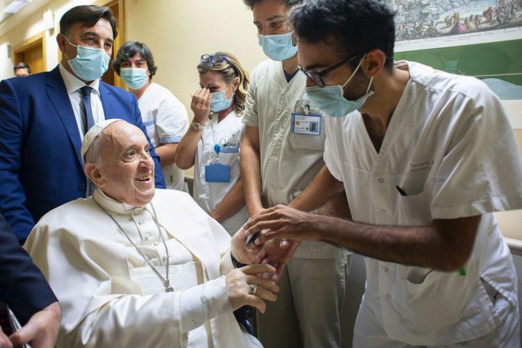 Papa Francisco deixa o hospital (Foto: )