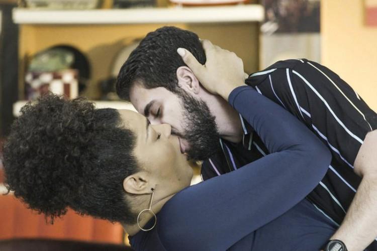 Juliana Alves e Bernardo de Assis protagonizam o primeiro beijo entre um homem trans e uma mulher cis na TV aberta (Foto: Divulgação/Globo)