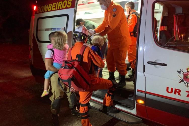 Téo e a outra criança sendo atendidos pelo Corpo de Bombeiros do DF   (Foto: CBMDF/Divulgação)