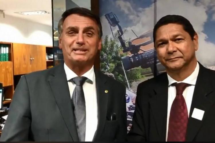 Bolsonaro ao lado do delegado federal Eguchi (Foto: reprodução/youtube)