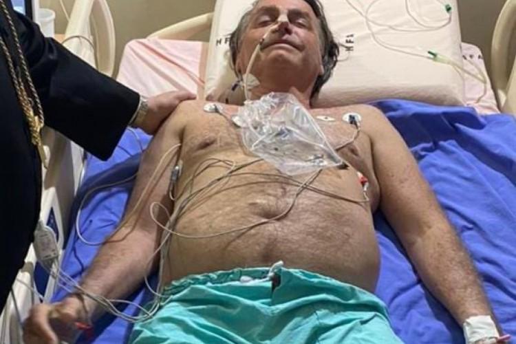 Bolsonaro divulga foto acamado em hospital: