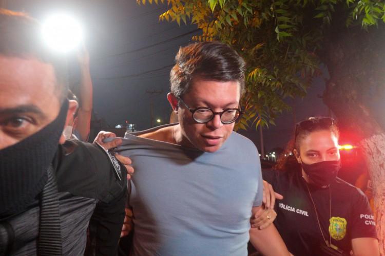 DJ IVIS chegou à delegacia de Polícia Civil do Eusébio sem máscara e foi hostilizado (Foto: Barbara Moira)