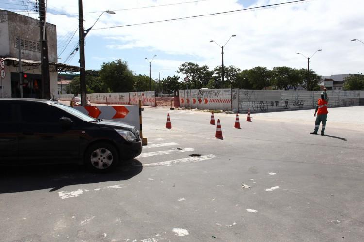 Agente de trânsito orienta motoristas nesta quarta-feira, 14, no entorno das obras da Estação das Artes (Foto: FABIO LIMA)