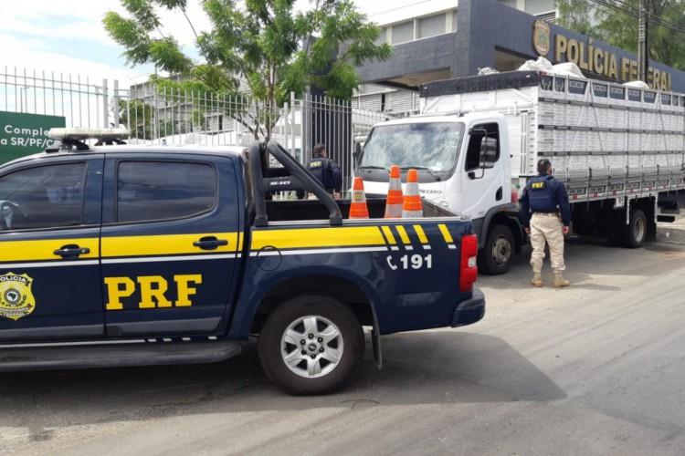 Uma carga de cigarros contrabandeados foi encontrada escondida em um caminhão de transporte de palha (Foto: Foto: Polícia Rodoviária Federal)