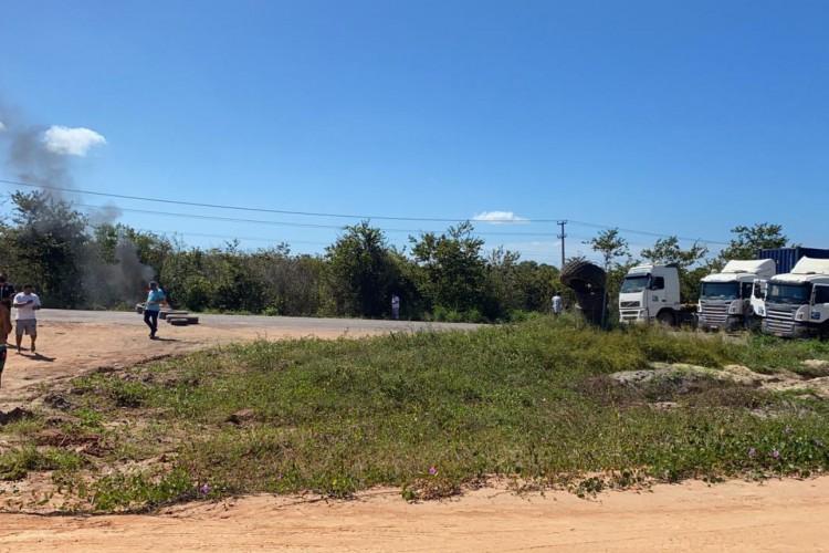Caminhoneiros autônomos bloquearam a estrada que dá acesso ao Porto do Pecém em protesto.  (Foto: Whatsapp O POVO)