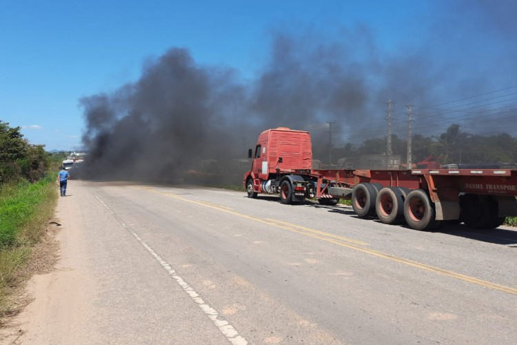Caminhoneiros autônomos chegaram a bloquear estrada que dá acesso ao Porto do Pecém em protesto (Foto: Whatsapp O POVO)