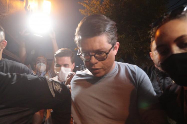 DJ Ivis chegou à delegacia no início da noite desta quarta, 14 (Foto: Bárbara Moira)