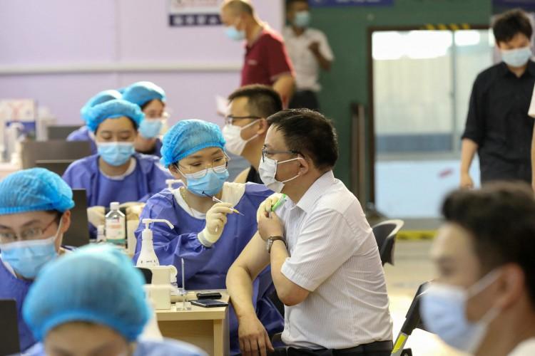 homem recebendo a vacina de coronavírus Covid-19 do China National Biotec Group (CNBG) em Nantong, na província de Jiangsu, no leste da China (Foto: STR / AFP)