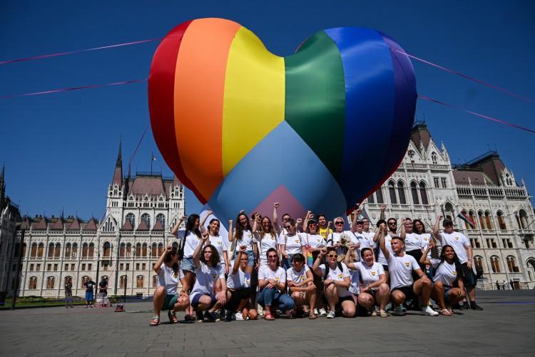 Ativistas voam em um balão gigante com as cores do arco-íris enquanto montam um flashmob para protestar contra uma nova lei em frente ao parlamento em Budapeste em 8 de julho de 2021 (Foto: ATTILA KISBENEDEK / AFP)