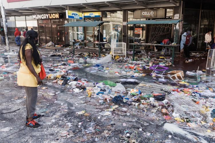 A rua Dr. Pixley Ka Seme está repleta de sujeira e sujeira causada após cinco dias de saques em Durban, na África do Sul, em 14 de julho de 2021 (Foto: RAJESH JANTILAL / AFP)