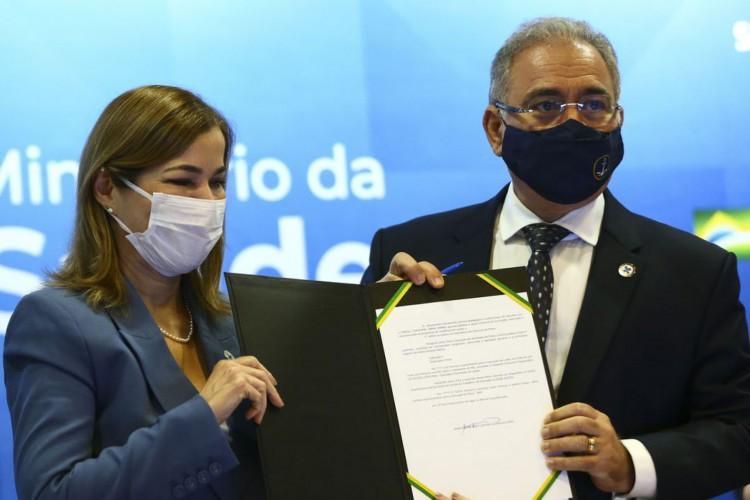 A secretária de gestão do trabalho e da educação na saúde, Mayra Pinheiro,e o ministro da Saúde, Marcelo Queiroga, durante o lançamento do Plano Nacional de Fortalecimento das Residências em Saúde. (Foto: Marcelo Camargo/Agência Brasil)