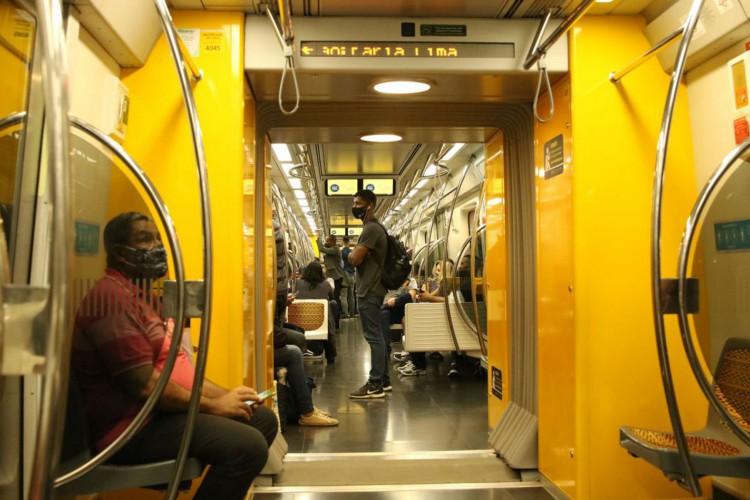 Passageiros com máscaras no vagão da linha 4 do metrô (Foto: Rovena Rosa/Agência Brasil)