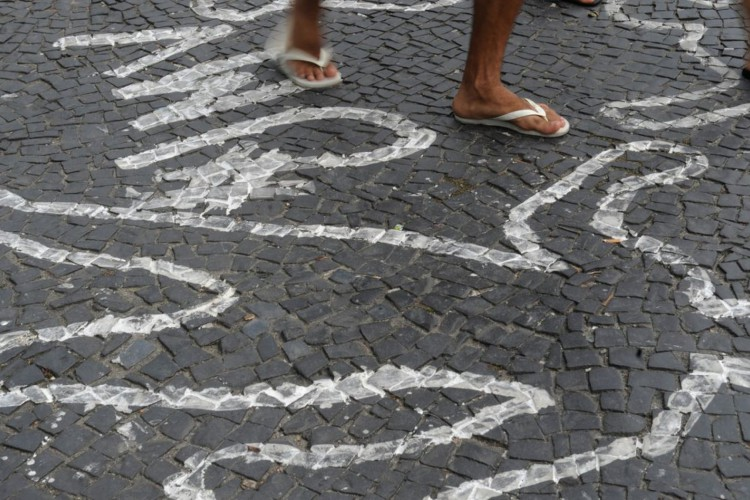 Rio de Janeiro - Campanha contra homicídios de jovens negros pinta centenas de silhuetas de corpos no chão do Largo da Carioca (Fernando Frazão/Arquivo Agência Brasil) (Foto: Fernando Frazão/Arquivo Agência Brasil)