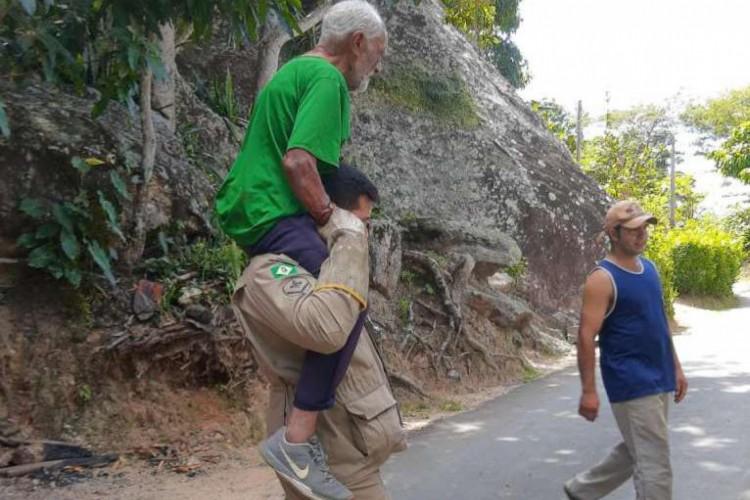 Bombeiros militares resgatam idoso em mata fechada na Serra de Pacoti  (Foto: Corpo De Bombeiros Militar Do Estado Do Ceará )