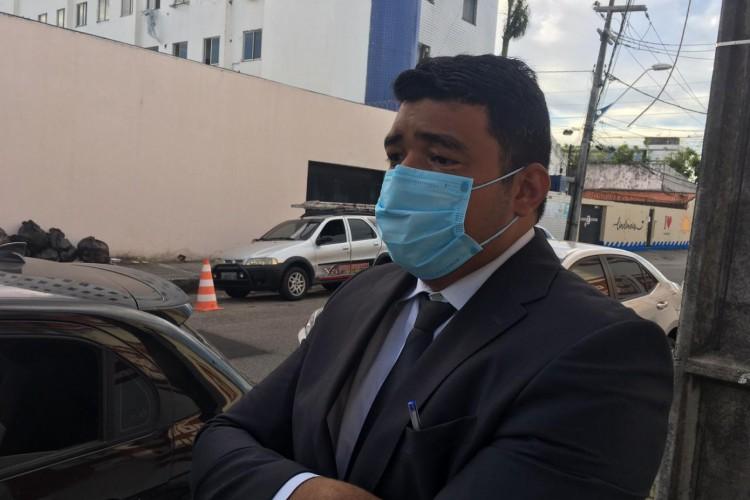 Advogado de DJ Ivis, André Quesado, na porta da Delegacia de Capturas na tarde desta quinta-feira, 15 (Foto: Luciano Cesário)