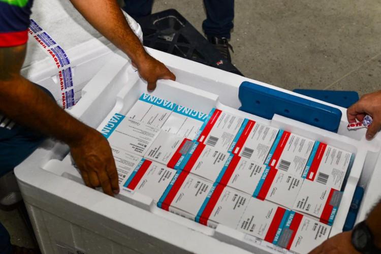 Imunizantes da Astrazeneca chegaram ao Ceará para reforçar vacinação contra Covid-19 (Foto: Thiara Montefusco/Governo do Ceará)