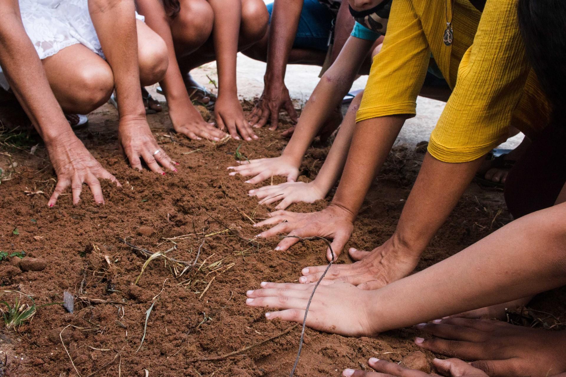 (Foto: Fernanda Barros)Uma das atividades da ONG Mão Certa é o cultivo de horta comunitária pelos voluntários