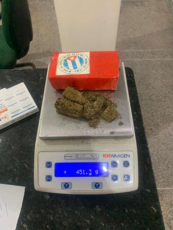 Foi encontrado 451 gramas de maconha e 86 gramas de cocaína (Foto: Divulgação/PMCE)