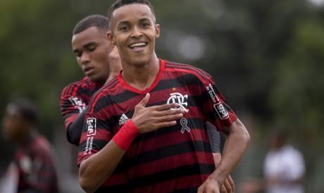 O Flamengo enfrenta o Botafogo pelo Brasileirão sub-20. Saiba onde assistir