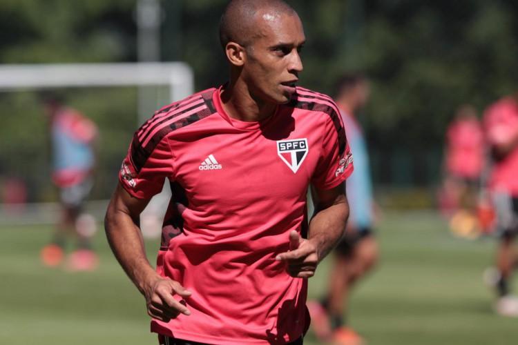 Zagueiro Miranda em treino do São Paulo no CT da Barra Funda (Foto: Rubens Chiri / saopaulofc.net)