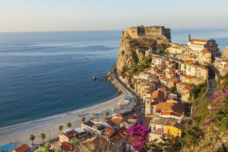 Visão do Castello Ruffo, na cidade de Scilla, localizada na região italiana da Calábria, onde está sendo implantado o programa de incentivo a novos moradores (Foto: Peter Adams/Getty Images)