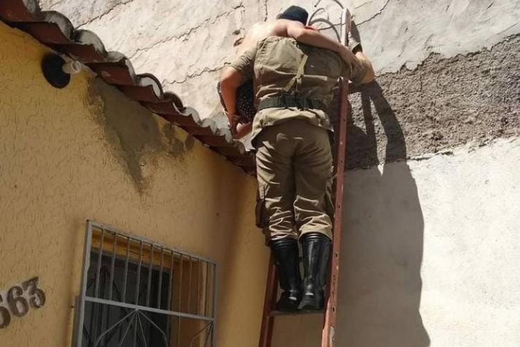 Subir nos telhados sem experiência e equipamentos pode causar acidentes, alerta o CBMCE (Foto: CBMCE/Reprodução)
