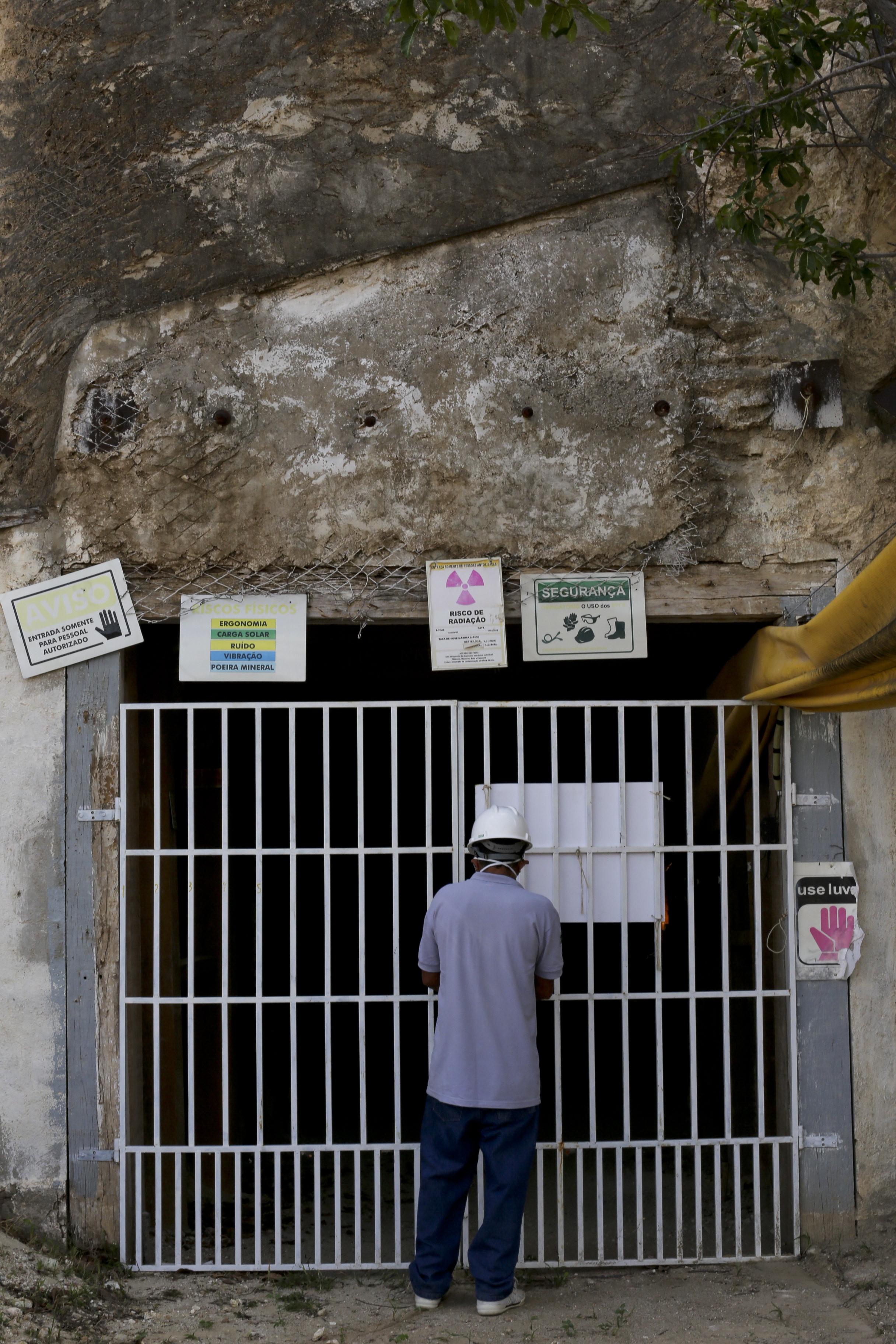 (Foto: O POVO)SANTA QUITÉRIA, CE, BRASIL, 20-07-2015: Antônio Dias Gomes, 54, funcionário na entrada da mina de urânio e fosfato de Itataia. Mina de urânio (minério) em Santa Quitéria. (Foto: Fábio Lima/O POVO)
