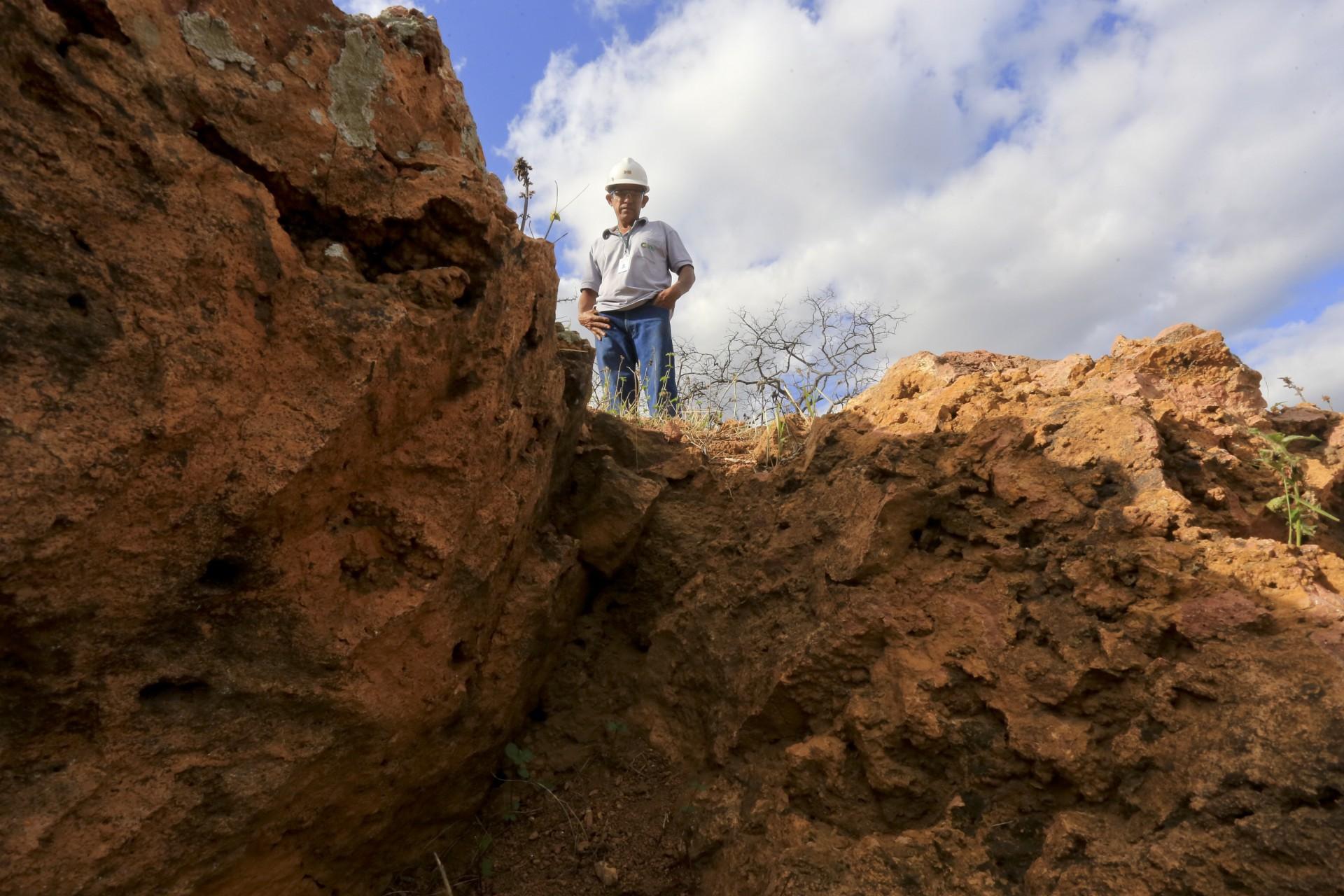 FUNCIONÁRIO mostra  local da mina de Itataia (Foto: Fábio Lima)