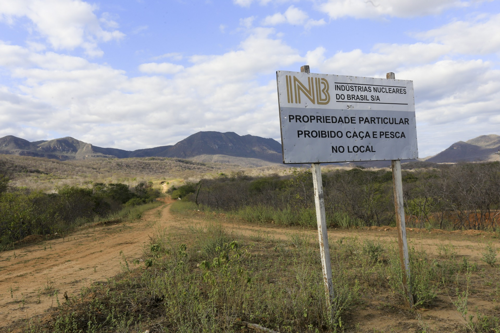 (Foto: O POVO)SANTA QUITÉRIA, CE, BRASIL, 20-07-2015: Placa das Indústrias Nucleares Brasileiras (INB), em Santa Quitéria. Mina de urânio (minério) em Santa Quitéria. (Foto: Fábio Lima/O POVO)