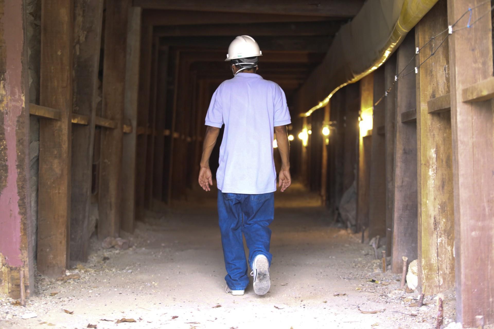 (Foto: O POVO)SANTA QUITÉRIA, CE, BRASIL, 20-07-2015: Antônio Dias Gomes, 54, funcionário caminha por túnel da mina de urânio e fosfato de Itataia. Mina de urânio (minério) em Santa Quitéria. (Foto: Fábio Lima/O POVO)
