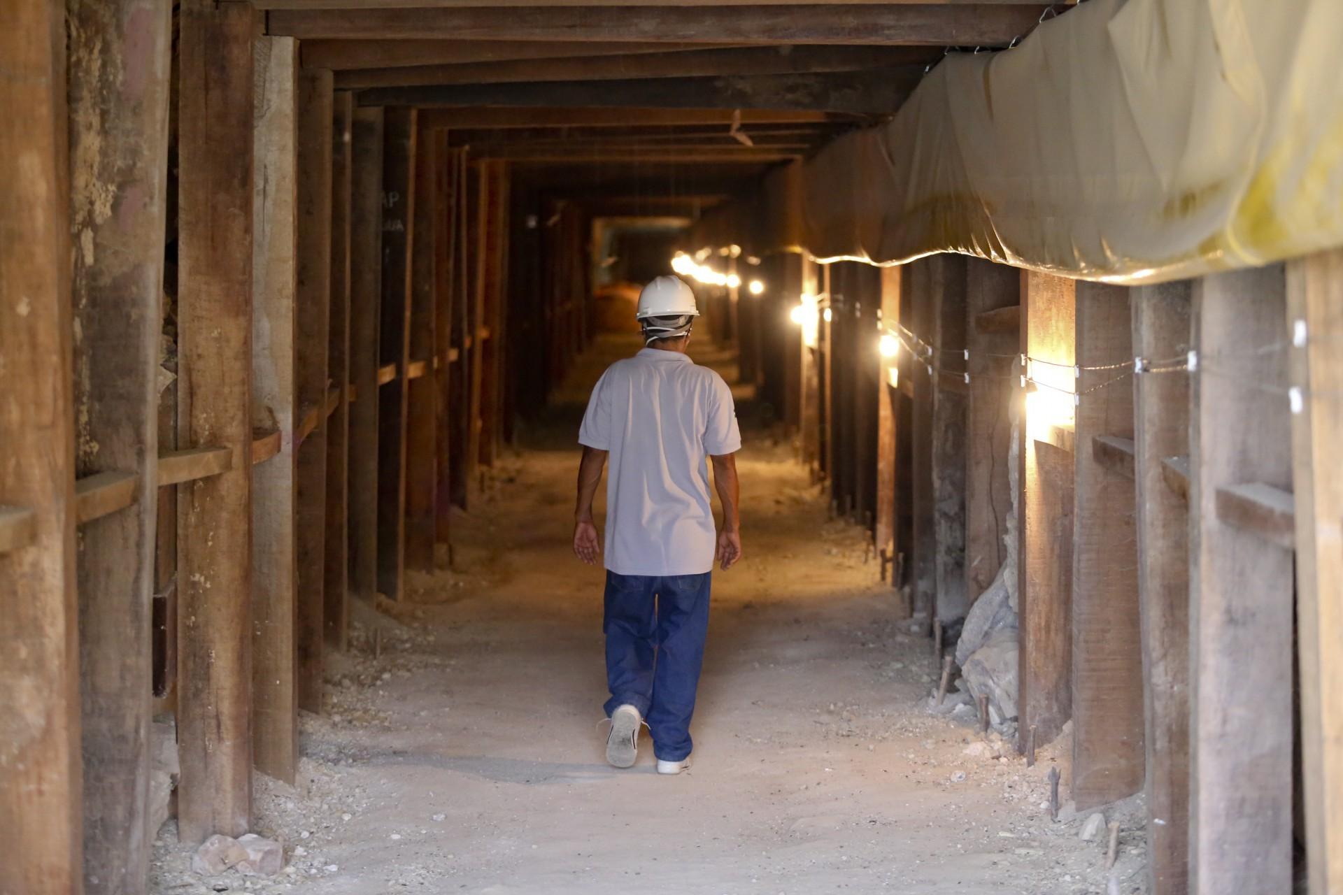 (Foto: O POVO)SANTA QUITÉRIA, CE, BRASIL, 20-07-2015: Antônio Dias Gomes, 54, funcionário caminha por túnel da mina de urânio e fosfato de Itataia. Mina de urânio (minério) em Santa Quitéria. (Foto: Fábio Lima/O POVO) *** Local Caption *** Publicada em 03/08/2015 -  CP