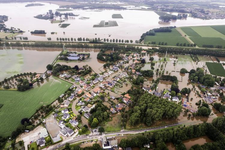 Chuvas na Europa já causaram mais de 150 mortes e desalojaram milhares de pessoas; 200 mil na Alemanha, Holanda e Bélgica estão sem energia elétrica ou ilhadas em casa (Foto: Remko de Waal/AFP)