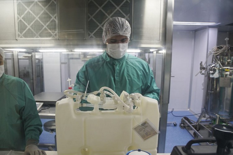 Fiocruz inicia envase do primeiro lote de IFA da vacina Covid-19 (Foto: Bio-Manguinhos/Fiocruz)