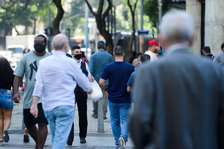 Pessoas com máscara caminham no centro do Rio de Janeiro (Foto: Tomaz Silva/Agência Brasil)