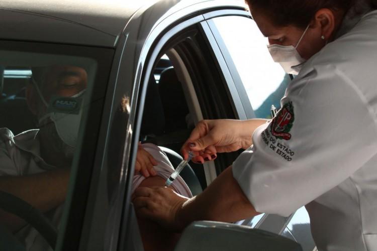 São Paulo - Vacinação contra covid-19 de pessoas com comorbidade no posto drive-thru montado no Memorial da América Latina. (Foto: Rovena Rosa/Agência Brasil)
