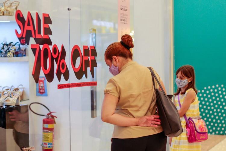 Movimentação no North Shopping Jóquei, após novo decreto que aumenta o tempo de funcionamento dos shoppings (Foto: Bárbara Moira)