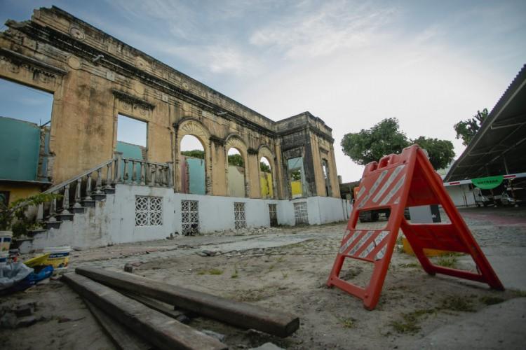 Foto tirada no sábado, 17 de julho, quando o Casarão dos Gondim estava sendo demolido, mesmo em processo de tombamento (Foto: Aurelio Alves)